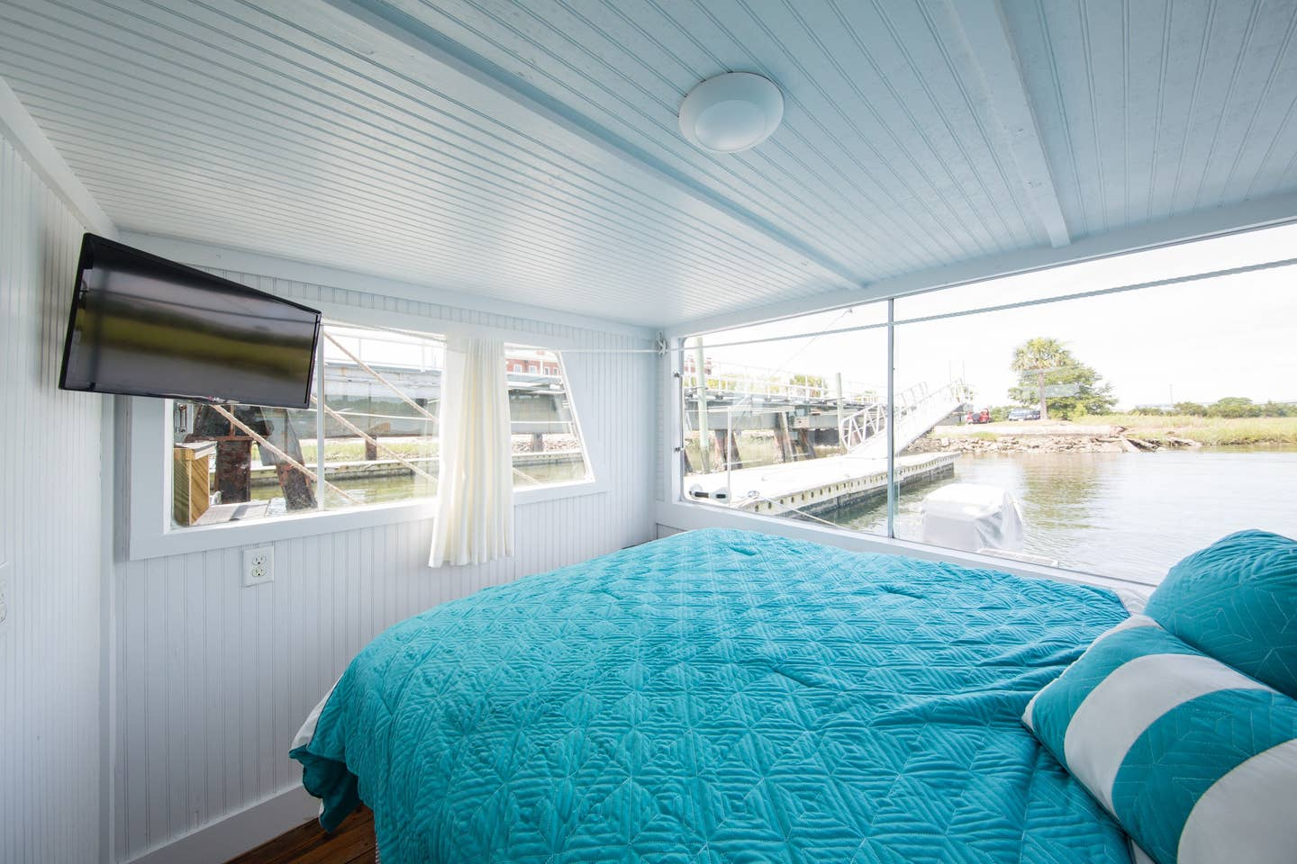 Most Unique USA Airbnbs houseboat Charleston bedroom