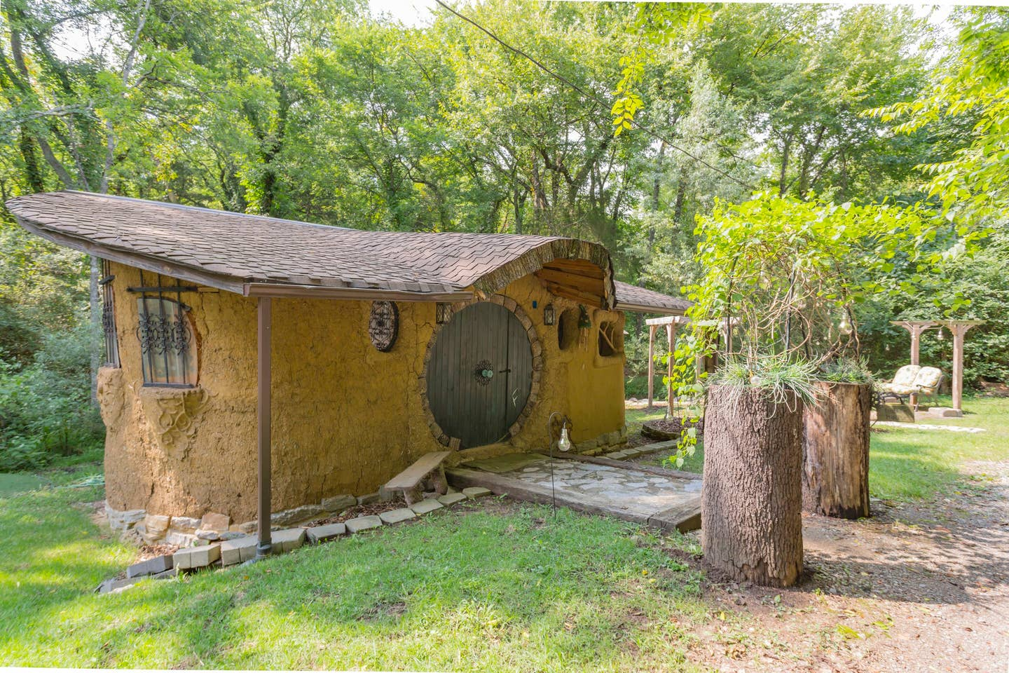 Hobbit and Lord of the Rings Airbnb homes and houses in the USA Virginia Fairfield mud clay home